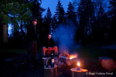 Nachtblaues Dämmerlicht umgibt das Lagerfeuer
