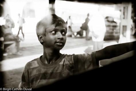 Boy an einer Bahnstation in Indien, Fuji X-Pro 1