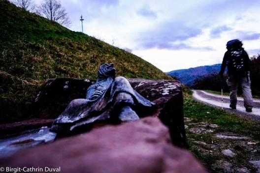 Vorbei am Hexenbrünnle geht es nach Gausbach