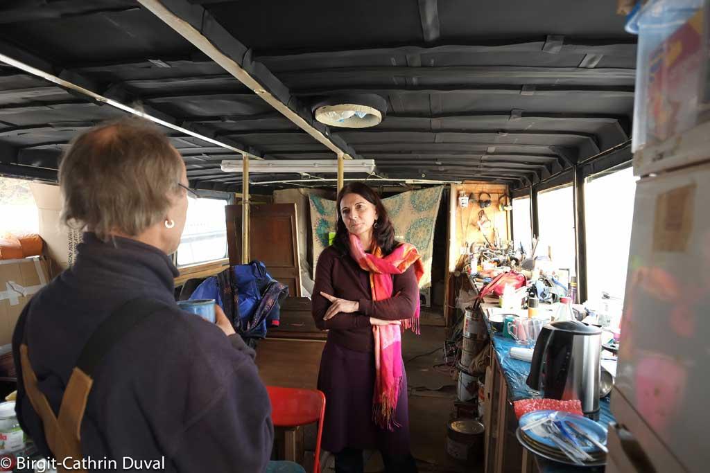 Kerstin im Gespräch mit dem Bootsbauer