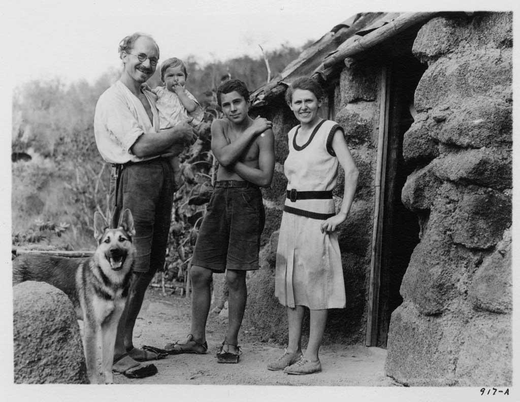 Die Wittmer-Familie vor ihrem Haus im Jahr 1932 © Allan Hancock USC Libraries Special Collection
