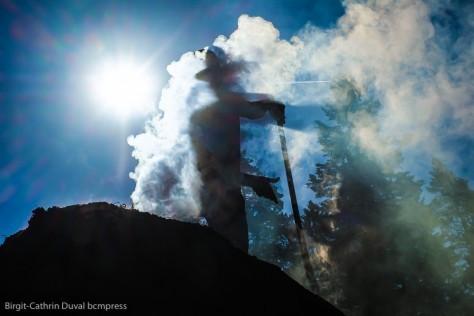 Im Sonnenlicht wirft die Silhouette des Köhlers bizarre Schatten