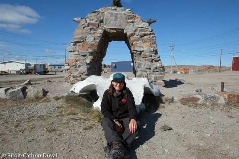 Ein steinernes Monument kennzeichnet den Polarkreis in Repulse Bay