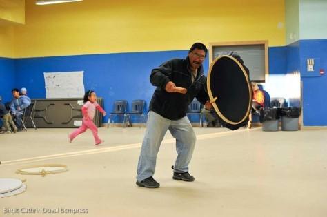 Beim Inuit Trommeltanz bewegt sich der Musiker zum Rhythmus der Trommel