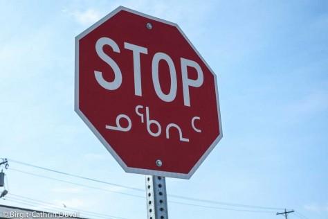 Stop-Zeichen mit Beschilderung in Englisch und Inuktitut