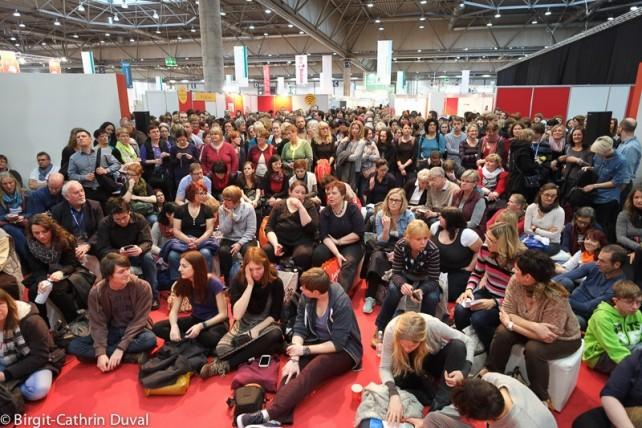 Warten auf Fitzek: Die Fans drängen sich vor die Bühne des Forum Autoren@Leipzig