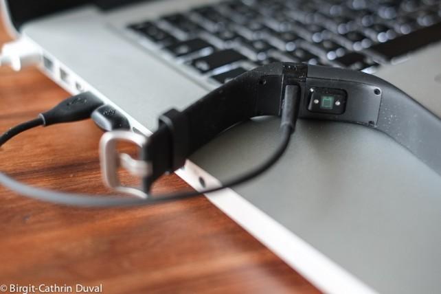 Mittels USB-Kabel wird der fitbit Charge HR aufgeladen