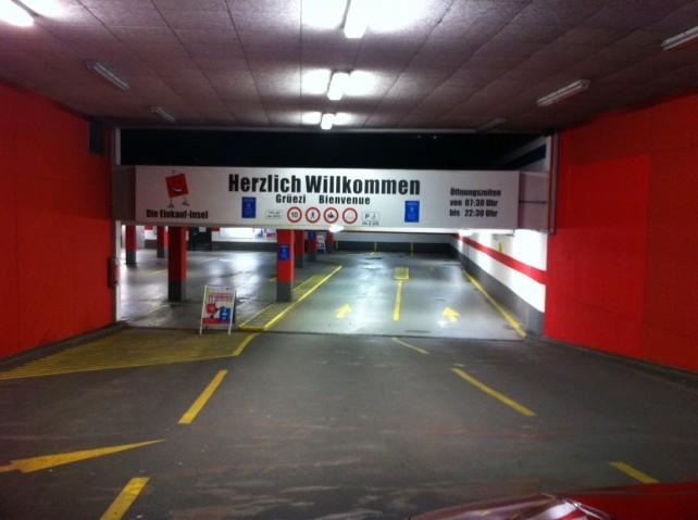 Einfahrt zum Parkhaus der Einkaufsinsel in Weil am Rhein
