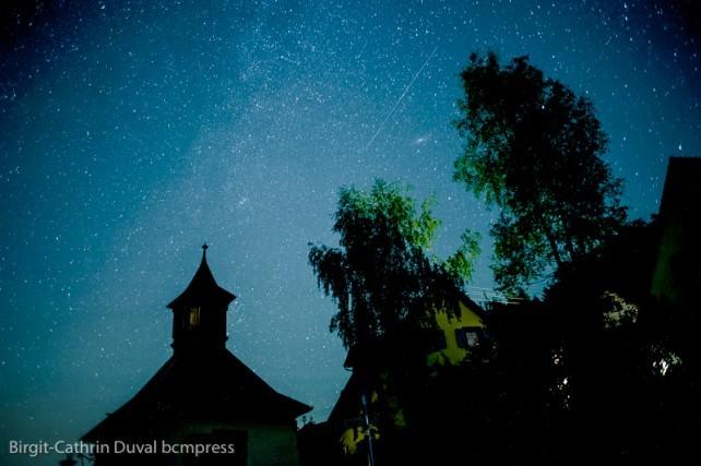 Sternschnuppe über der Andromeda Galaxie (erkennbar am nebligen Fleck)