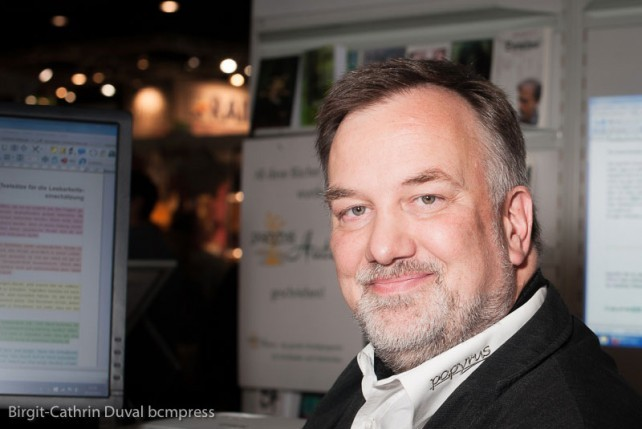 Ulli Ramps erklärte während der Frankfurter Buchmesse interessierten Autoren die Schreibsoftware Papyrus Autor