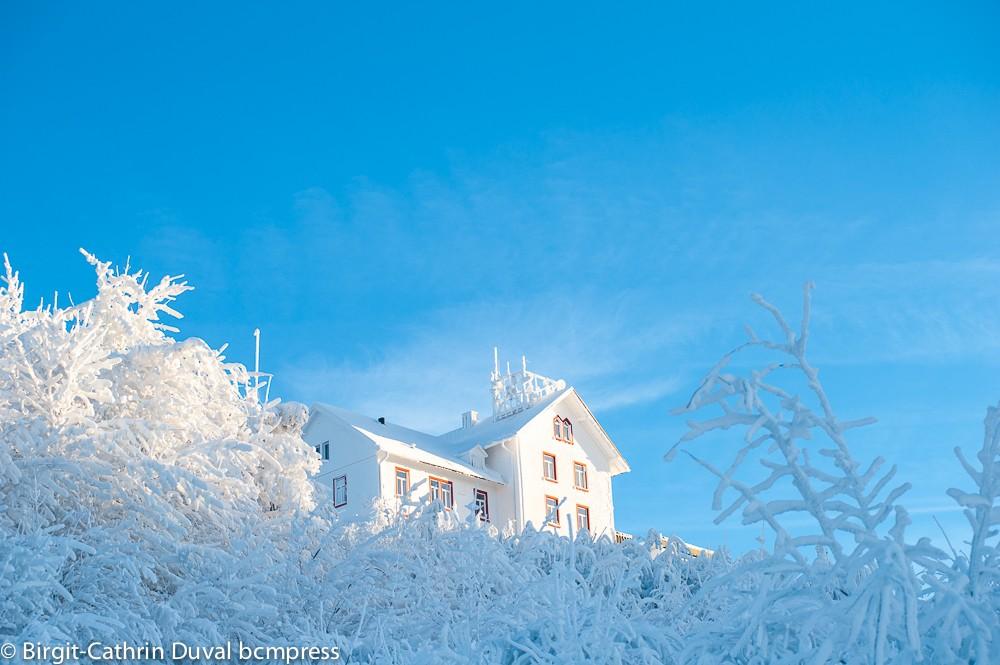 Wie ein Eispalast glänzt das Berghotel Hochblauen an diesem frostigen Morgen