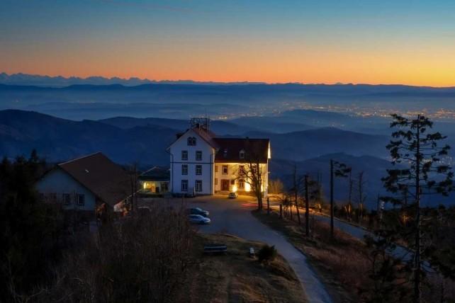 Blick vom Aussichtsturm auf das Berghaus Hochblauen in 1165 Meter Höhe