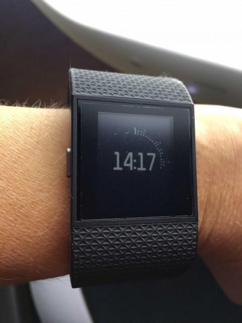 Leider wirkt die Fitbit Surge etwas altbacken mit ihrem Design und monochromen Zifferblatt