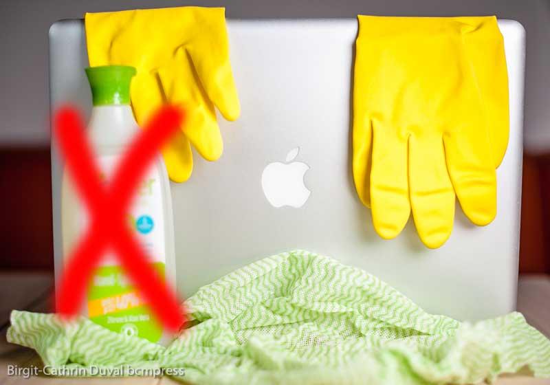 Auf keinen Fall Spül- oder Lösungsmittel zur Reinigung des Macs verwenden!