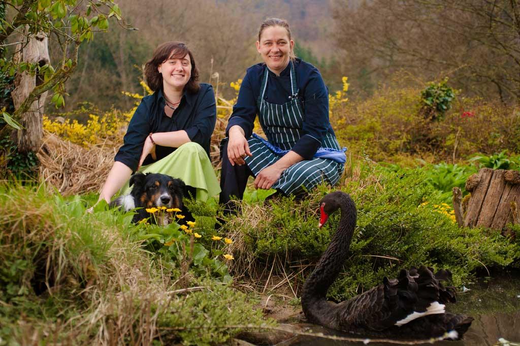 Jolanda Wermuth (links) und Melanie Guttwein (rechts) mit Pokie und Sydney im Garten des Jägerhauses