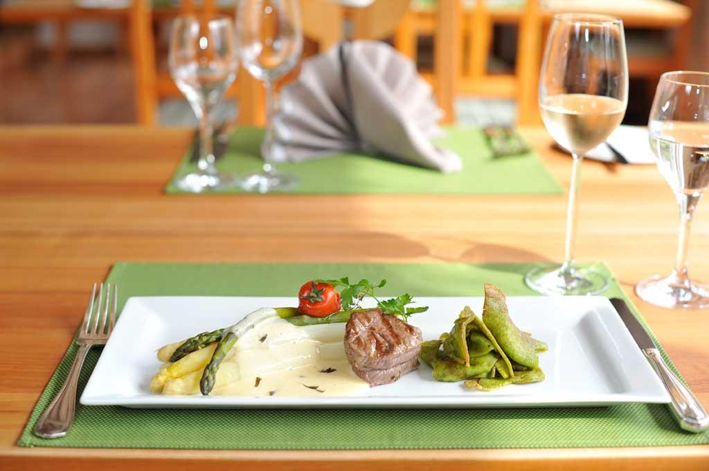 Markgräfler Stangenspargel an Sauce Bearnaise mit einem rosa gebratenem Rinderfilet und Bärlauch Kratzete