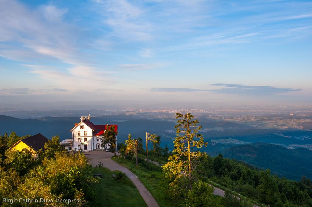 Blick vom Blauenturm auf das Berghaus Hochblauen Richtung Markgräflerland und Schweiz