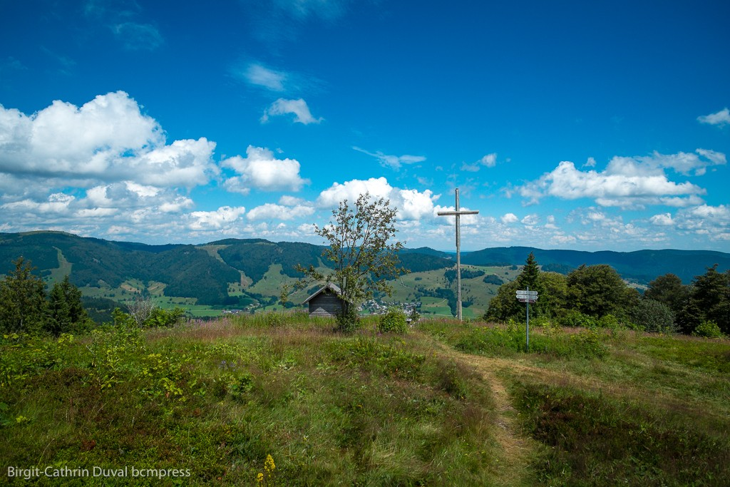 Gipfelkreuz und Schutzhütte auf dem 1.310 Meter hohen Blößling