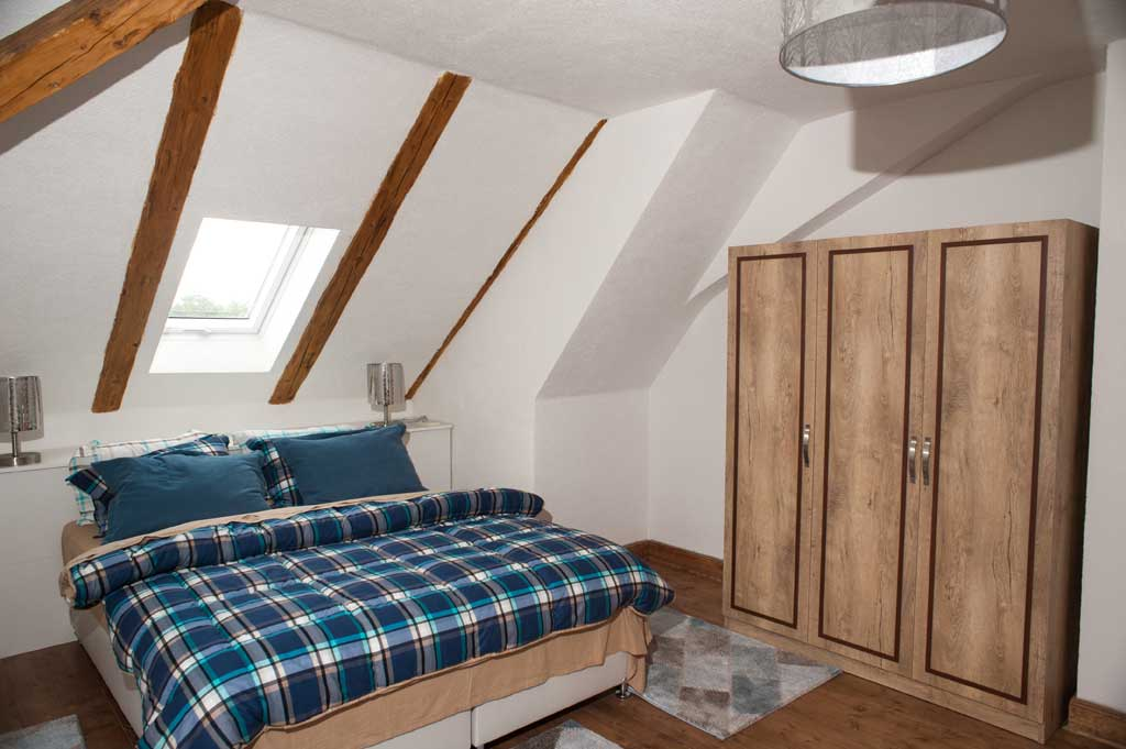 Helle Zimmer mit Holzmöbeln strahlen Gemütlichkeit aus