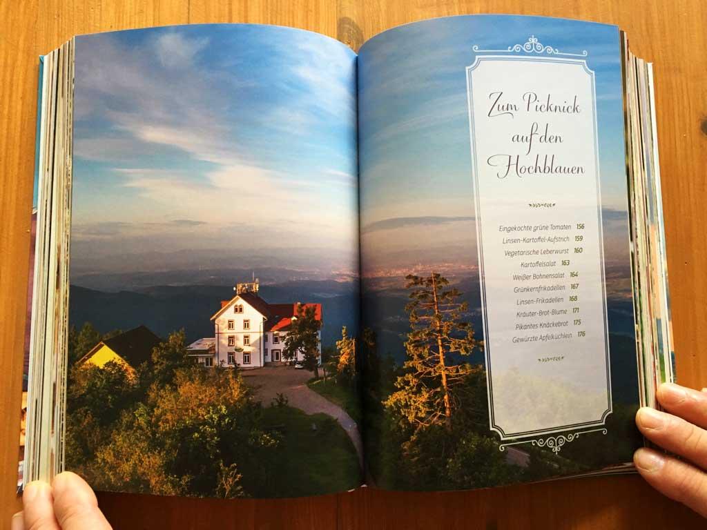 Blick vom Aussichtsturm des Schwarzwaldvereins auf das neu eröffnete Berghaus Hochblauen und die herrliche Landschaft des Markgräflerlandes